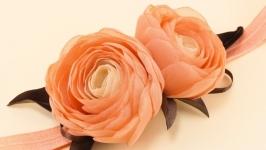 Персиковая повязка с цветами из ткани