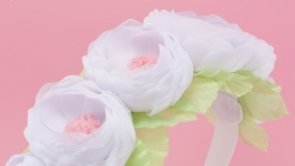 Повязка на голову с белыми цветами из ткани