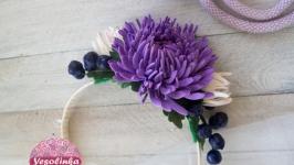 Обруч с фиолетовыми и белыми хризантемами