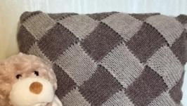 Подушка декоративная вязаная спицами