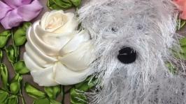 Картина вышитая атласными лентами-собачка в розах