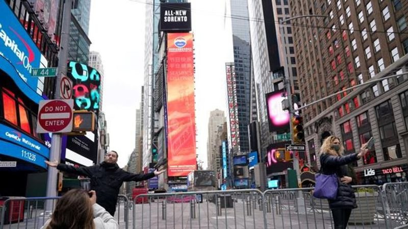 Bill de Blasio Dances in Times Square While Keeping New Yorkers Out