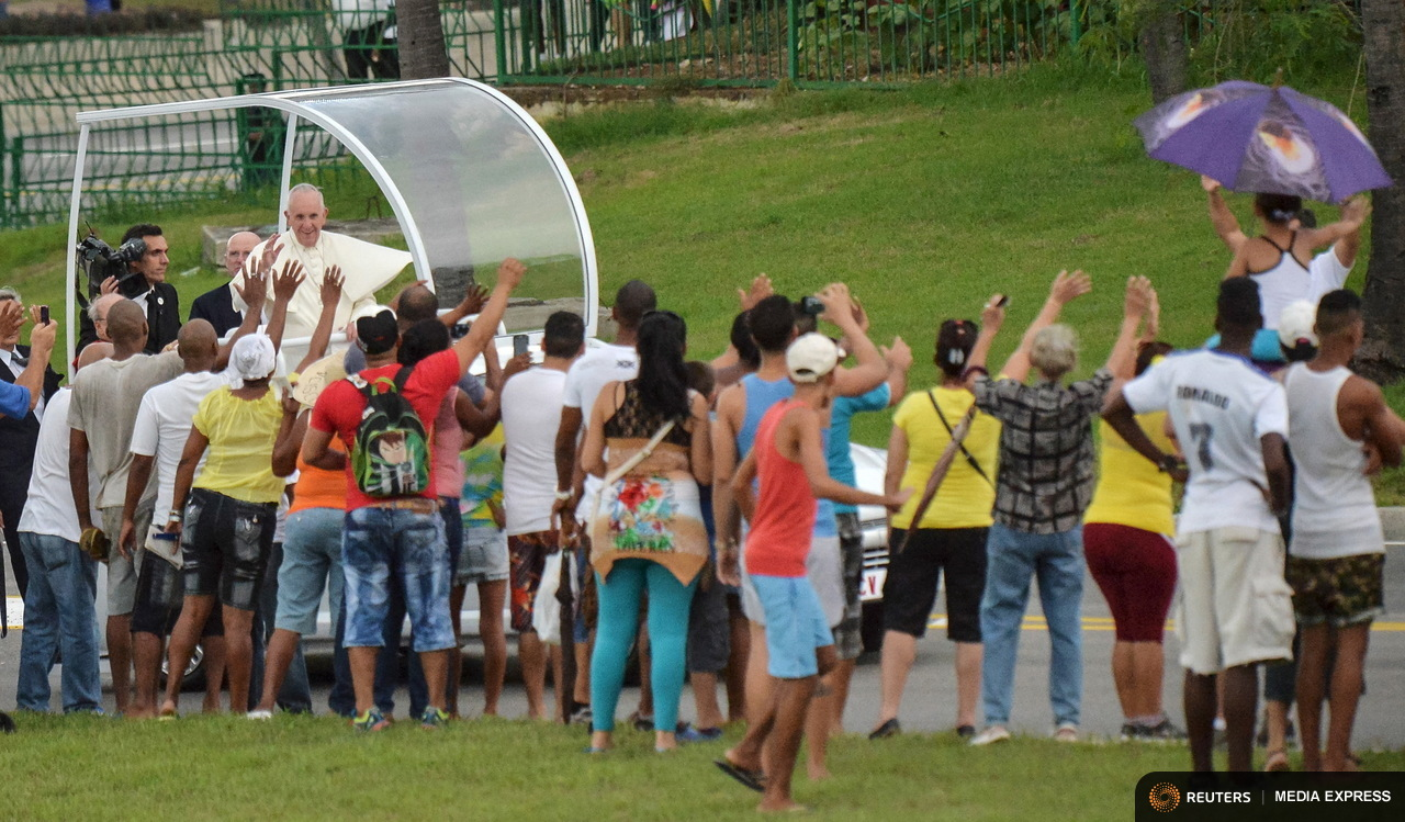 Pope Francis is welcomed by Cubans during his journey from Jose Marti airport to the Nunciature in Havana