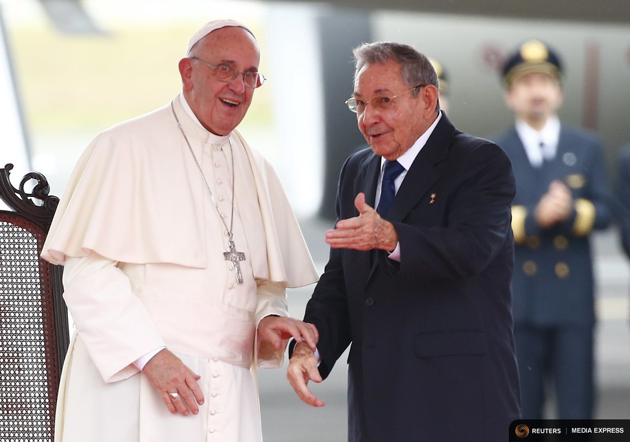 Pope Francis talks with Cuba's President Raul Castro during a welcoming ceremony at the Havana airport