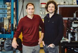 站立在实验室的两个科学家。