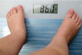 一个孩子的脚在一定范围内,称重为86磅。