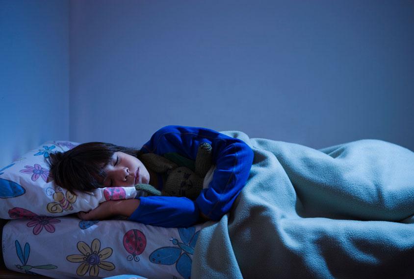 孩子睡在床上
