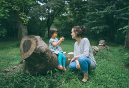 母亲和孩子在自然中谈话。