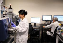 Ultragenyx实验室研究人员的照片