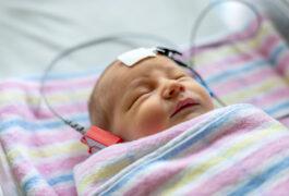 医院毯子的婴儿经历了听力测试。