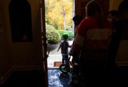 欧文离开他的家骑自行车,然后是他的治疗师和老师。
