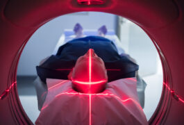 一位老人躺在扫描仪里。