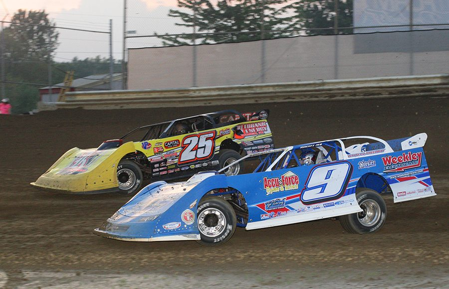 Devin Moran (9) battles Shane Clanton during Saturday's World of Outlaws Morton Buildings Late Model Series event at Wayne County Speedway. (Todd Ridgeway Photo)