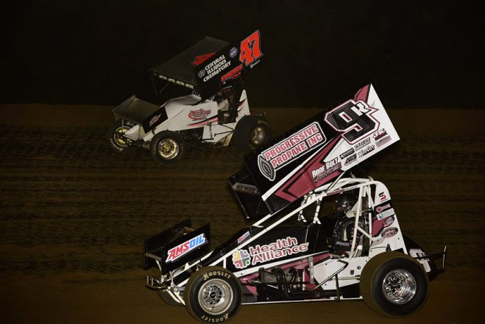 Kyle Schuett (9k) races under Terry Babb during Saturday's Built Ford Tough MOWA Sprint Car Series feature at Spoon River Speedway. (Mark Funderburk Photo)
