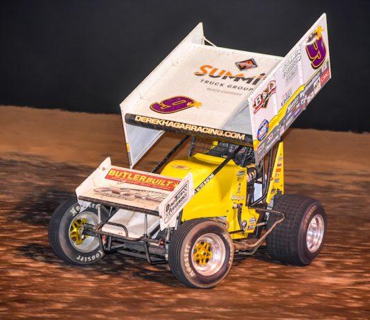 Derek Hagar en route to victory at I-30 Speedway. (Mark Coffman photo)