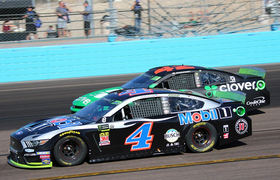 Kevin Harvick (4) races to the inside of Kyle Larson during Sunday's Monster Energy NASCAR Cup Series race at ISM Raceway. (Ivan Veldhuizen Photo)