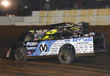 Chris Madden (0M) battles Kyle Strickler Saturday at Volunteer Speedway. (Michael Moats Photo)