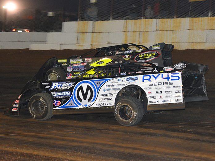 Chris Madden (0M) battles Kyle Strickler Saturday at Volunteer Speedway. (Michael Moats Photo)