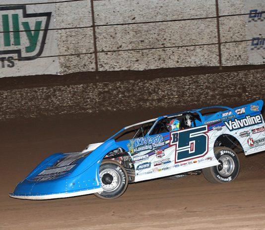 Brandon Sheppard en route to victory Wednesday night at Arizona Speedway. (Mike Ruefer photo)