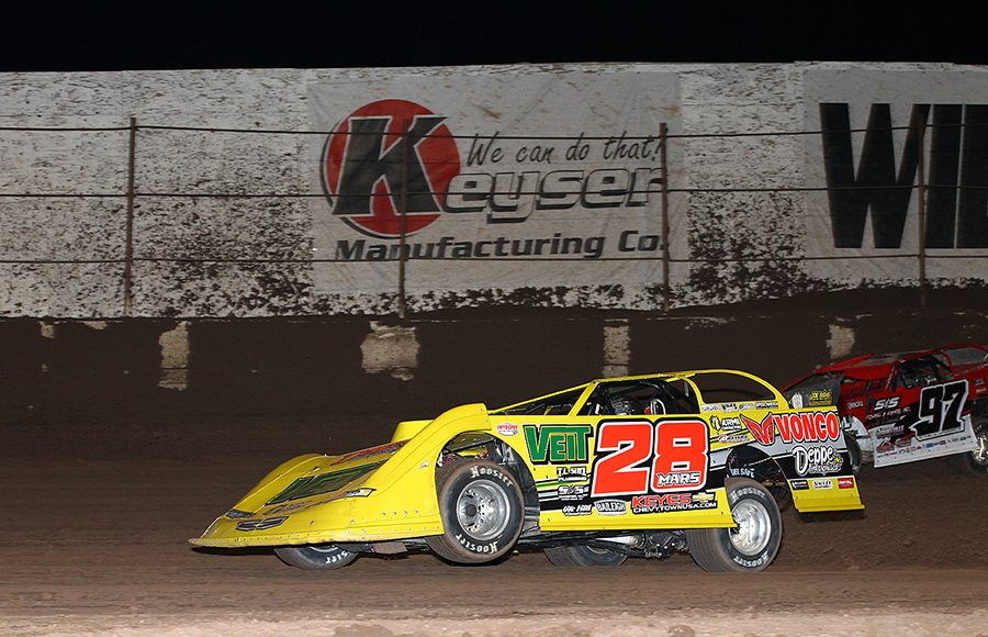 Jimmy Mars (28) races under Cade Dillard during Wednesday's Wild West Shootout event at Arizona Speedway. (Mike Ruefer Photo)