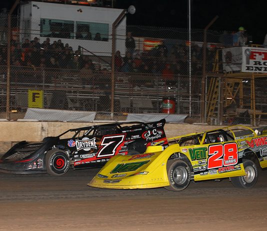 Jimmy Mars (28) challenges Ricky Weiss for position during Wednesday's Wild West Shootout event at Arizona Speedway. (Mike Ruefer Photo)