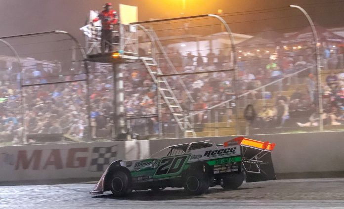 Jimmy Owens en route to victory at Magnolia Motor Speedway. (Chris McDill photo)