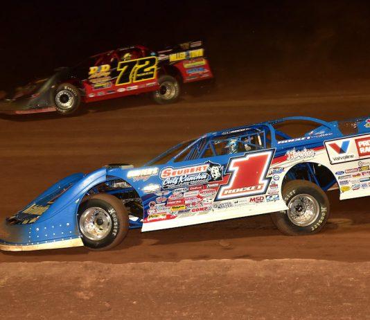 Brandon Sheppard (1) races under Michael Norris at Lernerville Speedway. (Paul Arch photo)