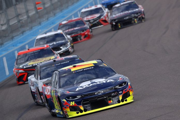 William Byron (24) heads a pack of cars during Sunday's Season Finale 500 at Phoenix Raceway. (HHP/Andrew Coppley photo)
