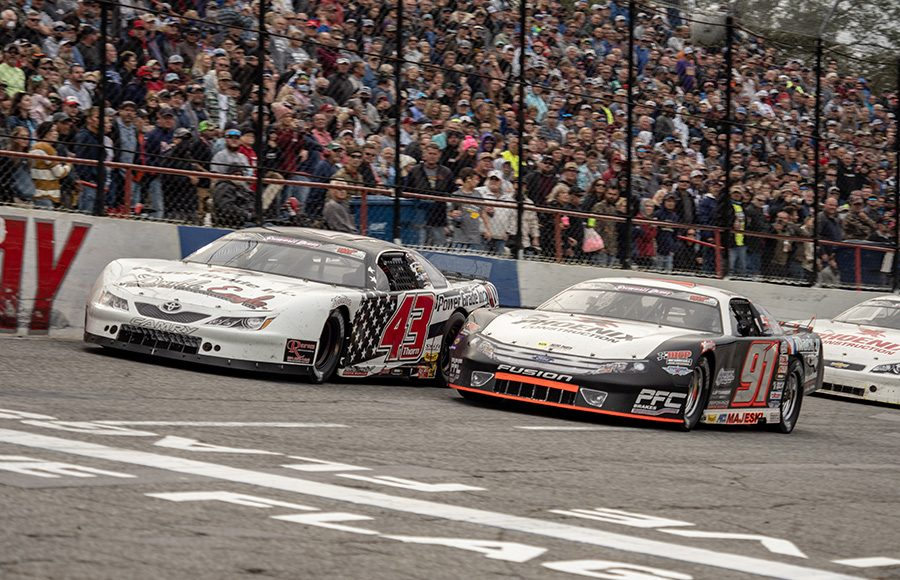 Ty Majeski (91) races under Derek Thorn in a battle for the race lead during the Snowball Derby. (Jason Reasin Photo)