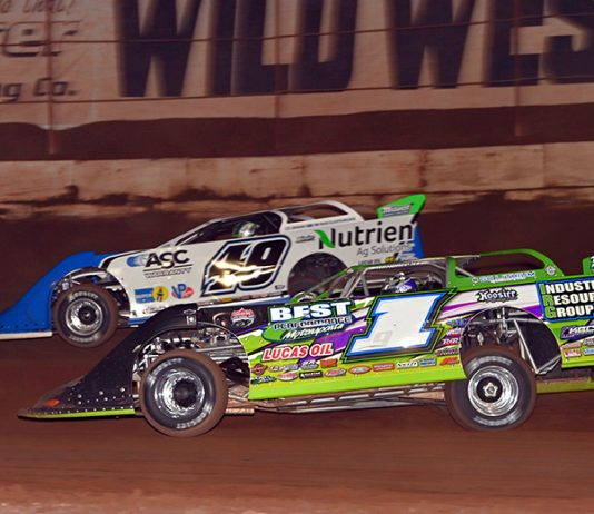 Tyler Erb (1) battles to the inside of Jonathan Davenport during Saturday's Wild West Shootout feature. (Tom Macht Photo)
