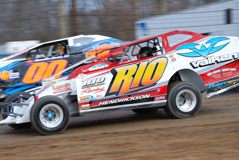 ROUND AND ROUND: Ray Sweinhart (00) and track champion Wade Hendrickson fight for position during the Charlie Bray Memorial at Bridgeport (N.J.) Speedway. (Steve Peters Photo)