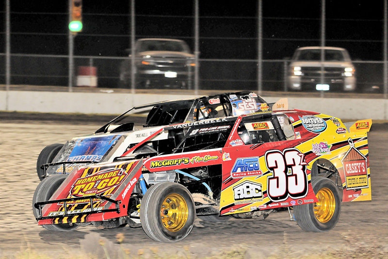 DIRT DODGERS: Zack VanderBeek (33z) fights Rodney Sanders for track position during the fourth annual Texas Winter Nationals for the United States Modified Touring Series Southern Series at Houston Raceway Park in Baytown, Texas. (Carey Akin Photo)