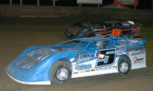 Brandon Sheppard (B5) and Bobby Dauderman during  DIRTcar Summer Nationals action at Belle-Clair Speedway in Illinois last season. (Don Figler Photo)