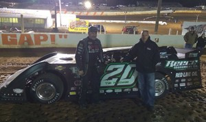 Jimmy Owens with Darrell Lanigan, who built his winning car, in victory lane Friday at Volunteer Speedway. (Tommy Yates photo)