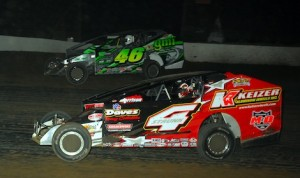 Doug Manmiller battles Jeff Strunk (4) at Grandview Speedway. (Rich Kepner photo)
