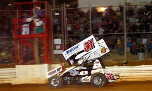 Stevie Smith en route to victory at Lincoln Speedway. (Hein Brothers photo)