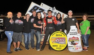 Aaron Reutzel in victory lane at Outlaw Motor Speedway. (Lonnie Wheatley photo)