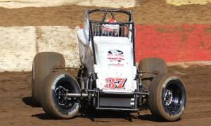 Matt Mitchell won Saturday night's AMSOIL USAC-CRA sprint car feature. (Doug Allen photo)