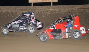 Eventual Arnie Knepper Memorial winner Bryan Clauson (63) battles Shane Cottle Sunday at Belle-Clair Speedway. (Don Figler photo)