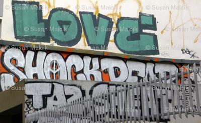 Love Tops Graffiti in Paris