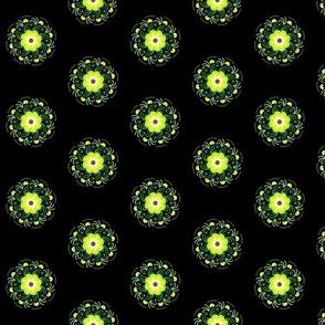 Большие желтые цветы на черном