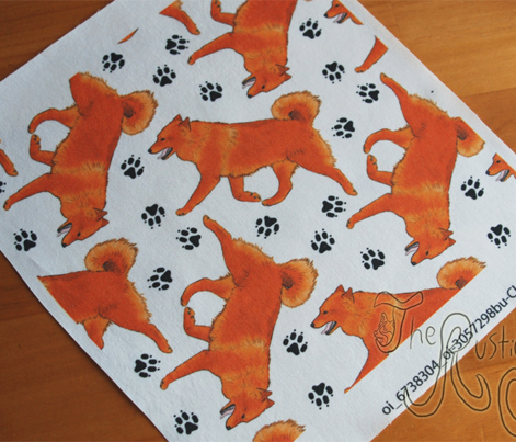 Trotting Finnish spitz and paw prints - white