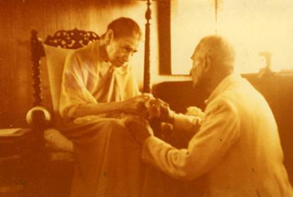 श्रीअरविंद आश्रम की श्री माँ सुरेन्द्रनाथ जौहर के साथ
