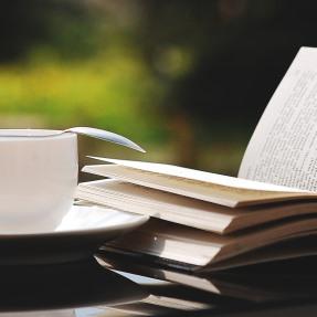 ontspannen met koffie en een boek
