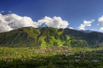 The town of Aspen sits right at the base of Aspen Mountain.  Photo courtesy Aspen Chamber Resort Association, Jeremy Swanson (Pic)