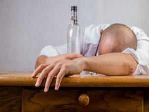Beber agua probablemente no te ayude a evitar la resaca