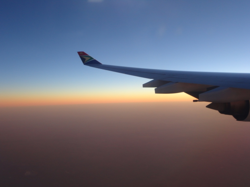A minha primeira visão do território africano foi essa. Depois de muitas horas voando sobre o mar, chego a África do Sul da melhor forma possível, com o dia nascendo de forma esplendorosa.