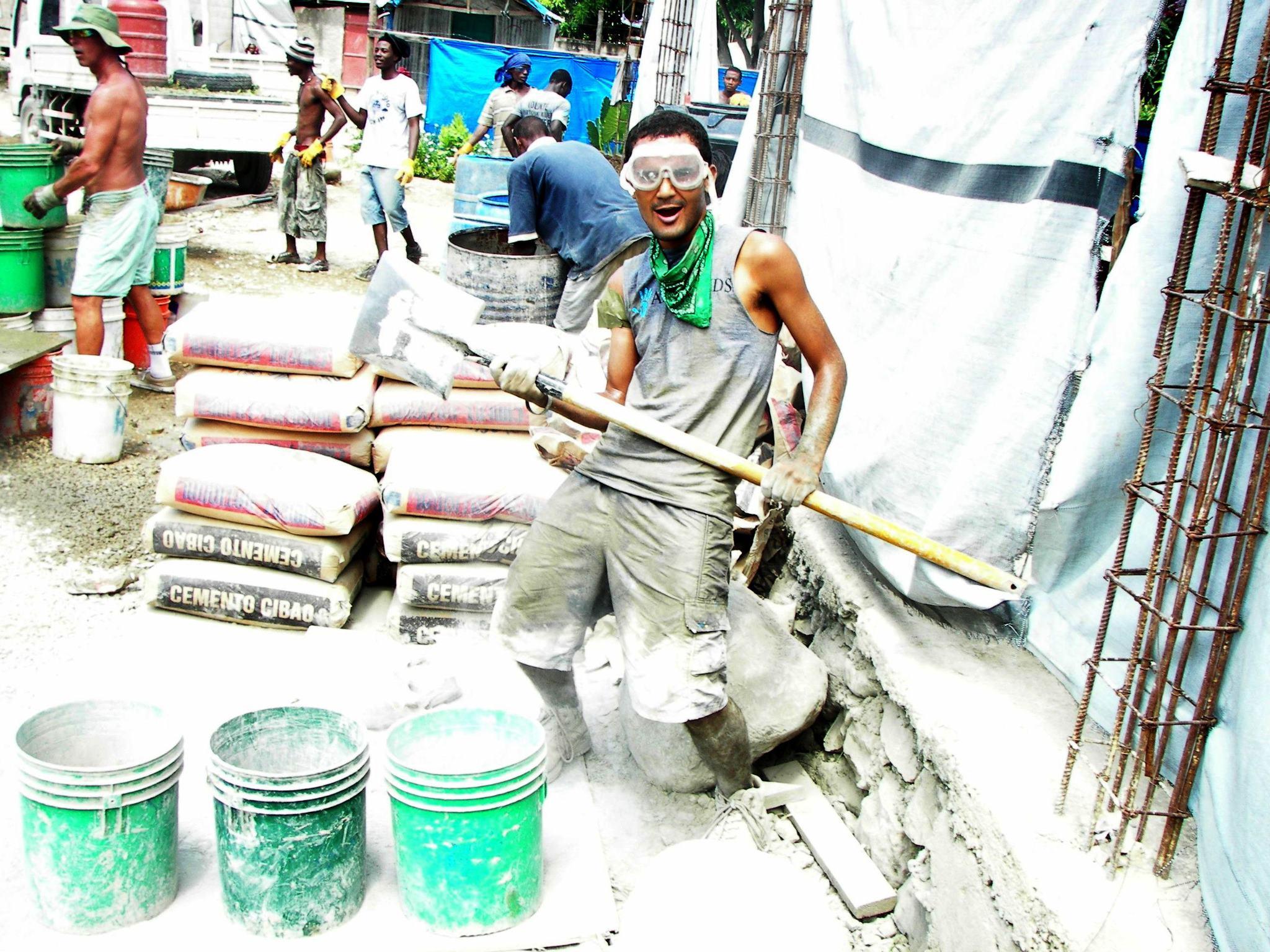 Construindo escolas no Haiti. Este é um projeto no qual trabalhei como voluntário por 7 meses neste ano em Leogane, no Haiti. Esta foi a cidade mais próxima do epicentro do terremoto de janeiro de 2010, na qual 90% da estrutura foi destruída. A ONG americana All Hands, na qual trabalhei, tem uma meta de construção de 20 escolas em Leogane,dentre outros projetos, sendo que hoje eles estão na nº 19. Durante o período em que lá estive, pude trabalhar e presenciar a construção e entrega de 8 escolas às comunidades afetadas. Esta foto foi tirada durante a fundação da escola 14. Foi um dia ensolarado e cansativo, mas divertido para todos os voluntários locais e internacionais envolvidos na construção. Ah, esse cimento ficou grudado na minha pele durante uns 3 dias... e não havia banho de balde que tirasse, hehe!