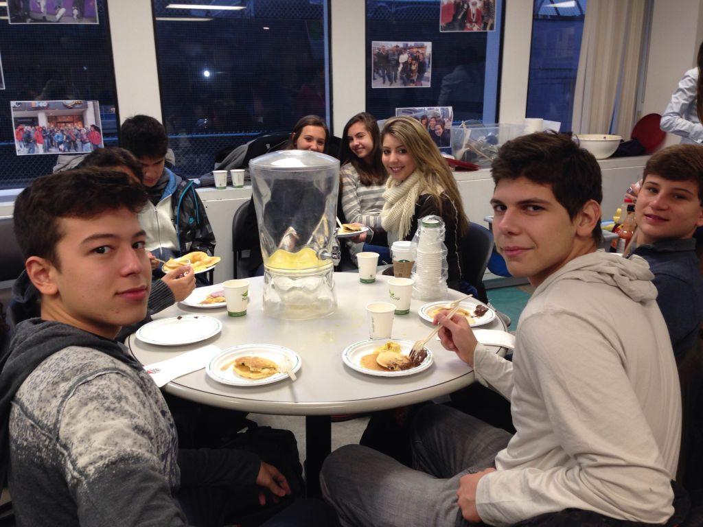 Primeiro dia de aula - Cafe da manha na escola com panquecas e ovos mexidos para comecar bem o dia.