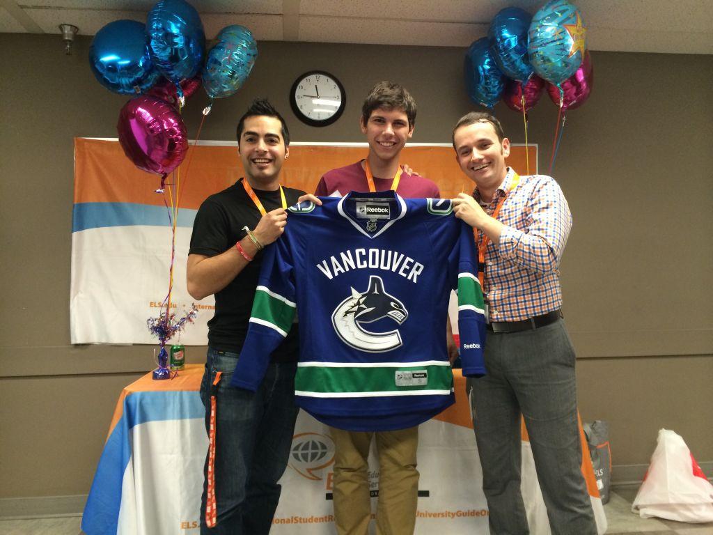 Matheus sortudo, ganhou maior premio da semana, camisa do time de hockey Vancouver Canycks